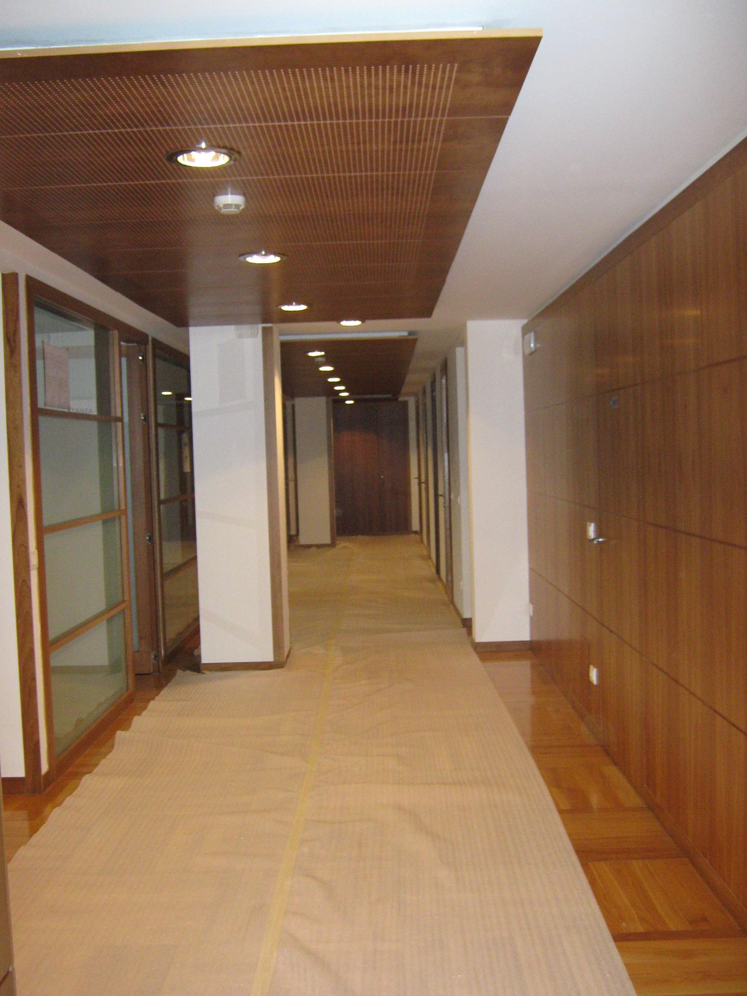 13. Allestimento cantiere con protezione del pavimento esistente dei corridoi: lavori in corso.