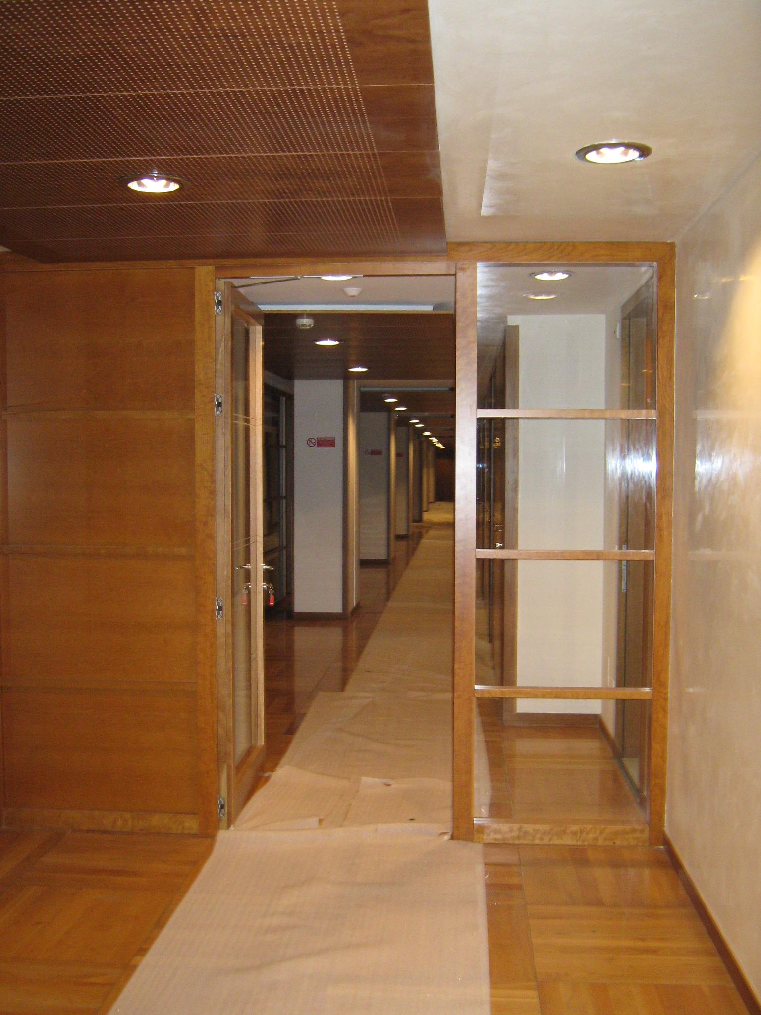 14. Opere di tinteggiatura su pareti di corridoio: lavori in corso.