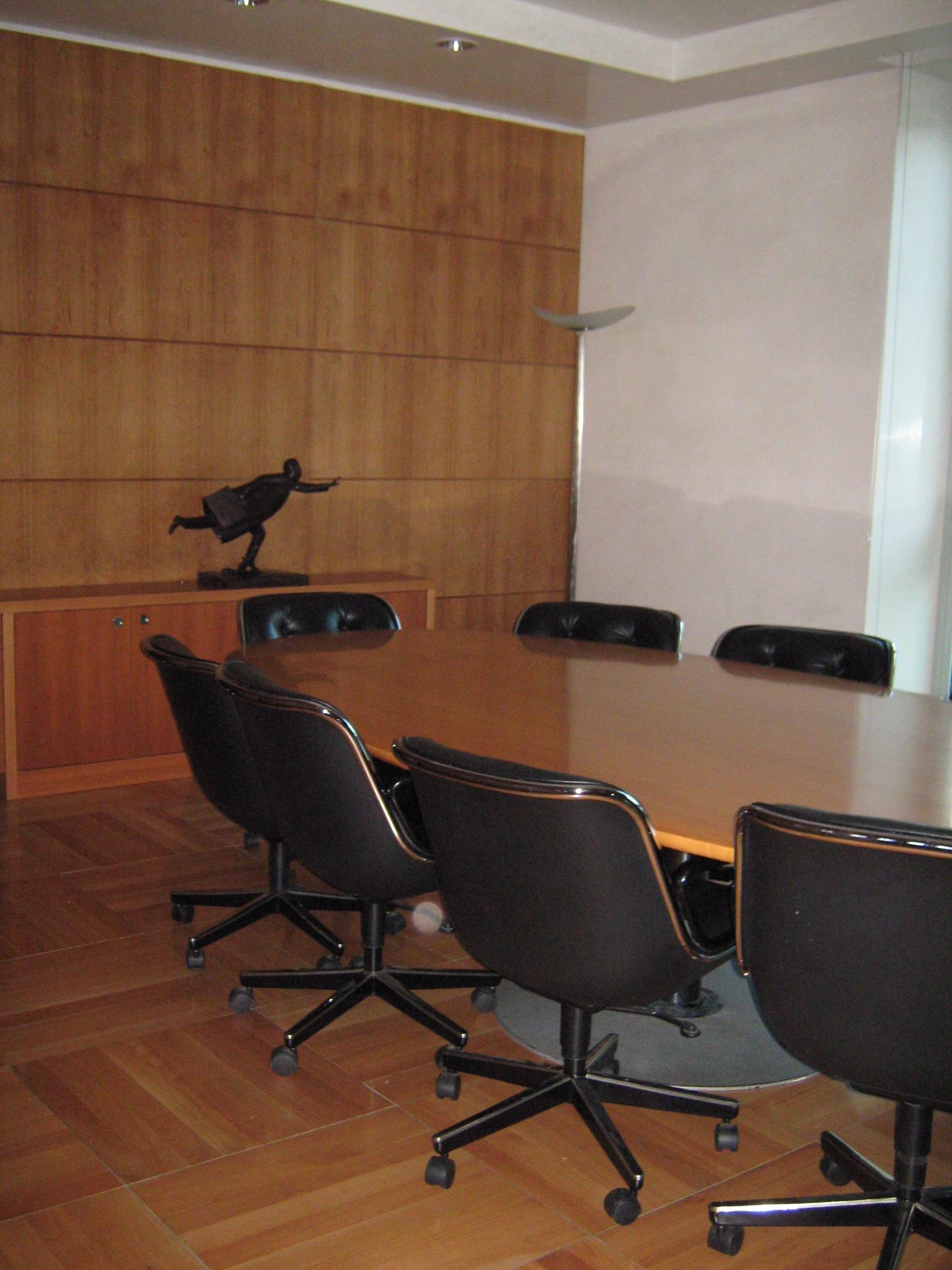 16. Trattamento superficiale dei pavimenti in parquet e tinteggiature pareti del locale sala riunioni: lavori ultimati.