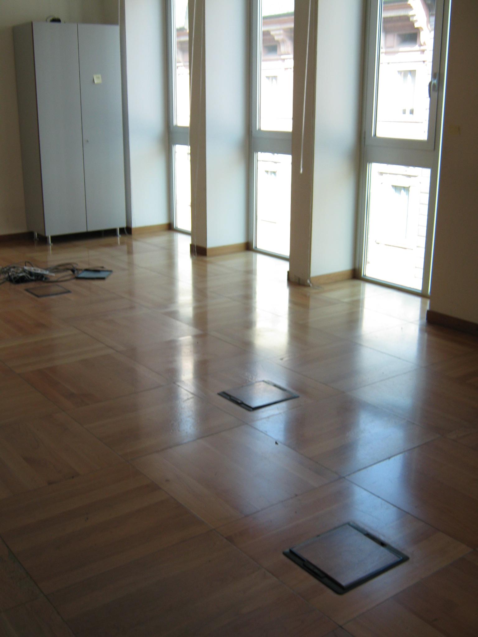 2. Locale ufficio con pavimento galleggiante in parquet di doghe in legno disposte a quadri regolari: stato di fatto.