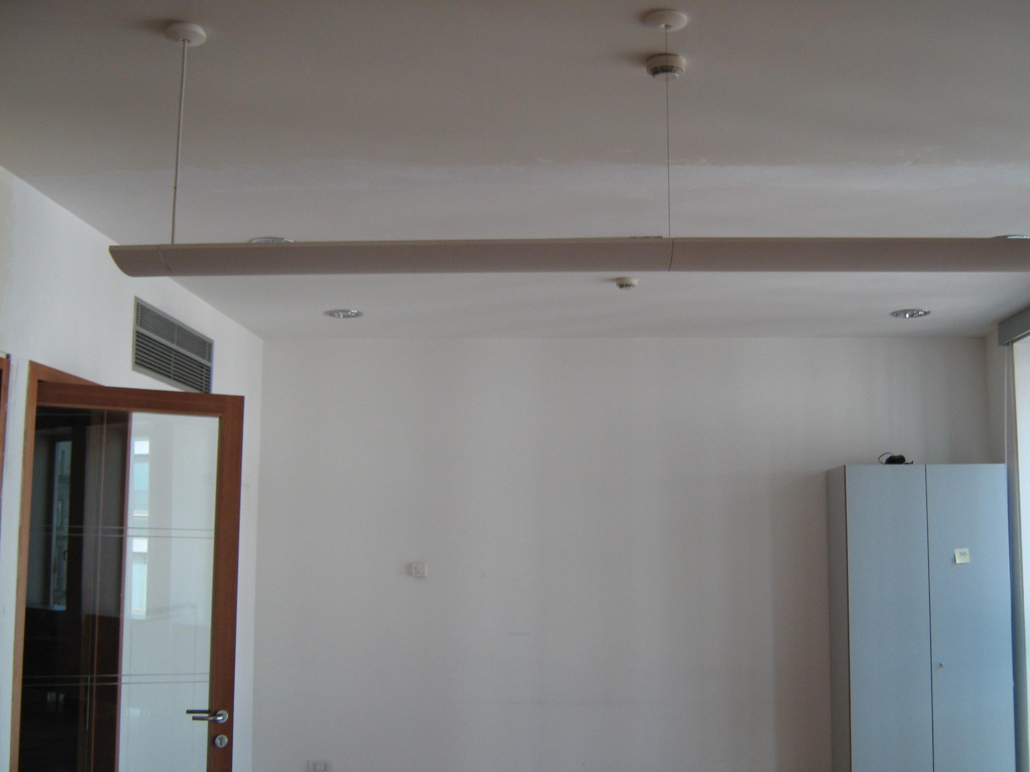 3. Locale ufficio con illuminazione a sospensione: stato di fatto.