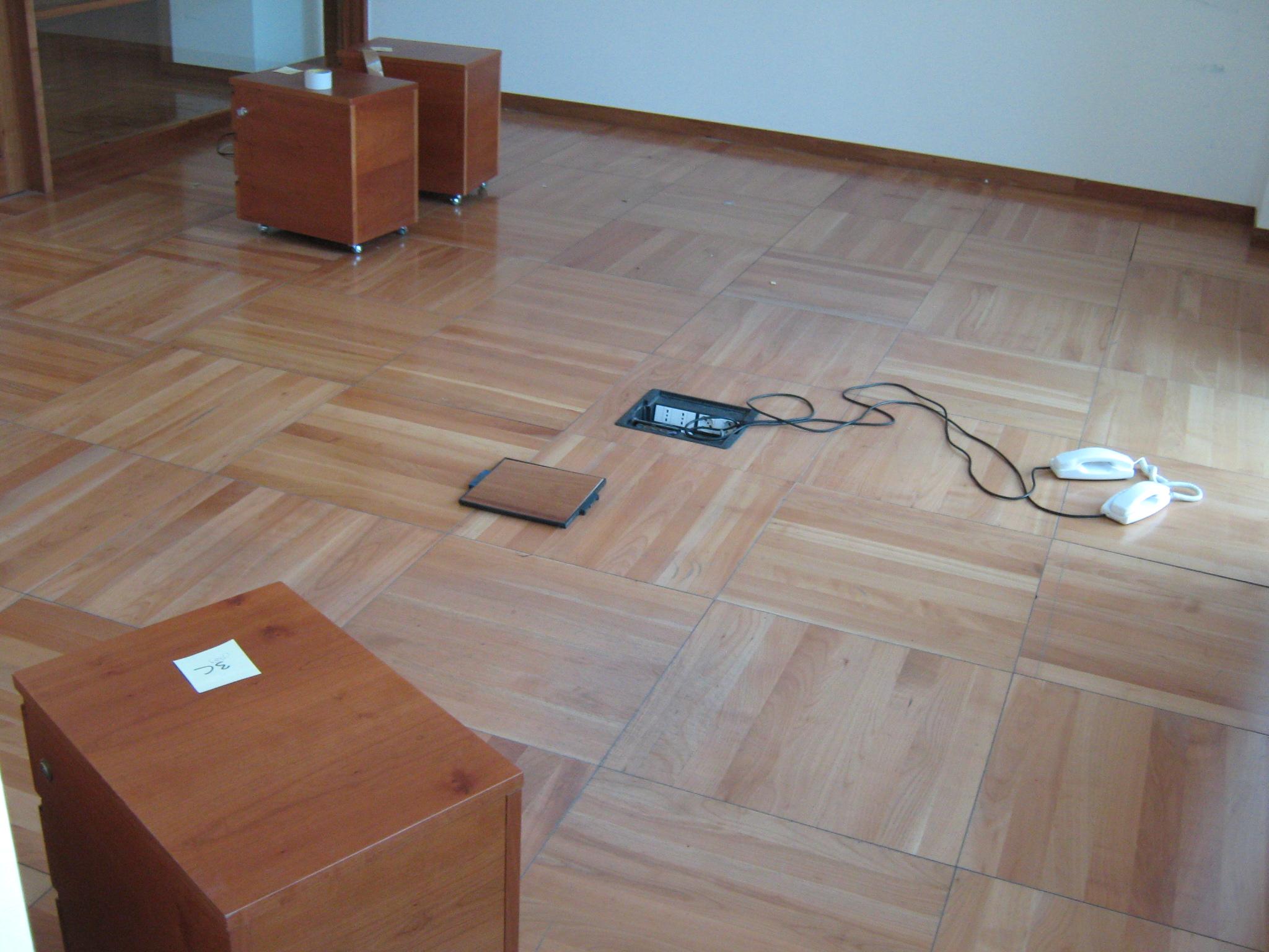 8. Pavimento galleggiante in parquet di doghe in legno disposte a quadri regolari con predisposizione di prese elettriche: stato di fatto