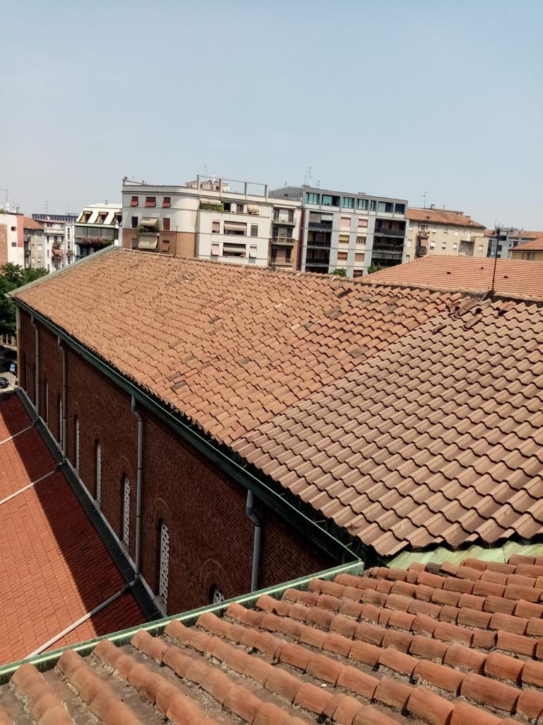 1. Vista copertura esistente con tetto a falde rivestito di coppi in laterizio: stato di fatto.