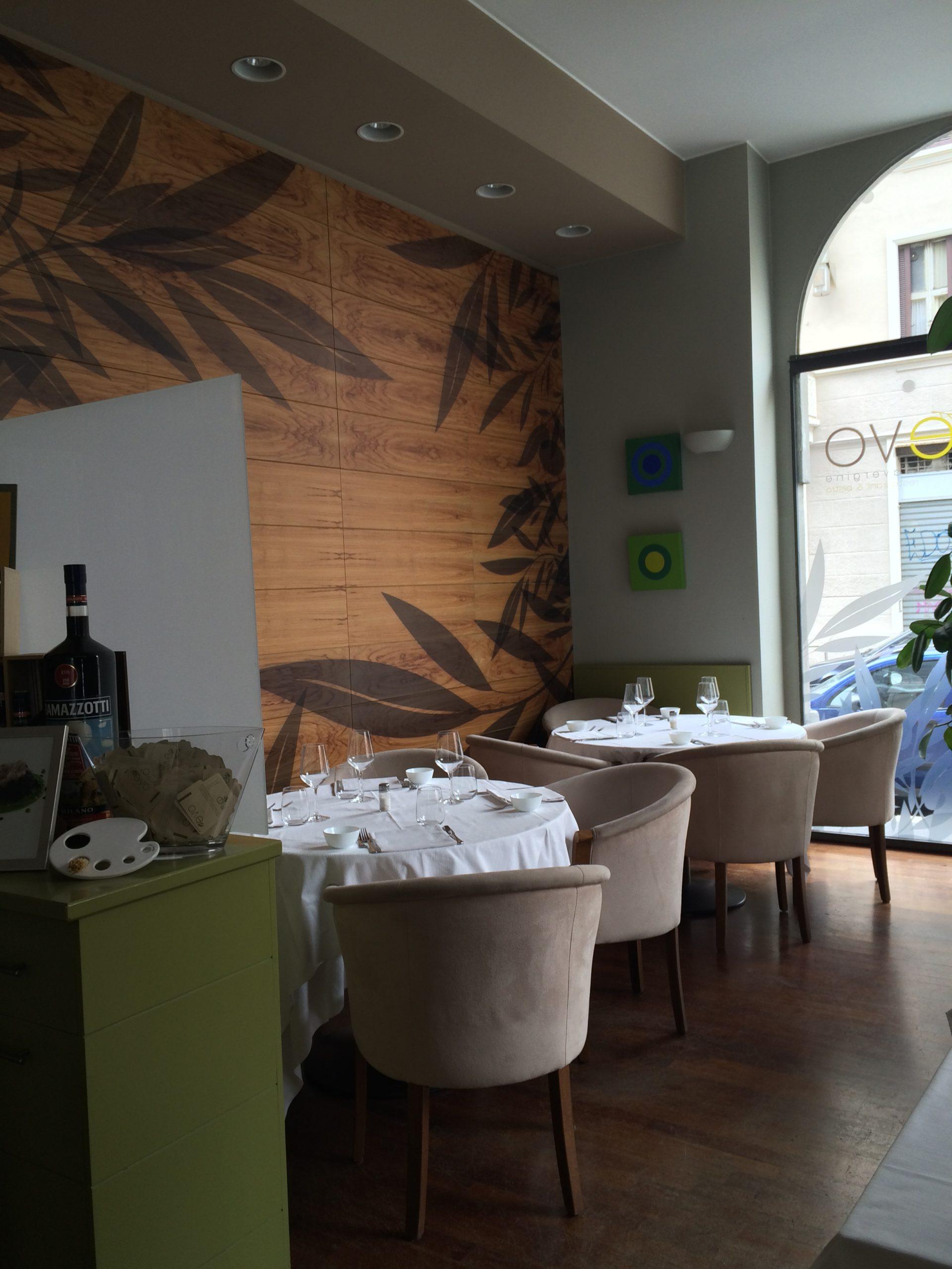 1. Sala ristorante con vista lato bancone, controsoffitto con illuminazione led ad incasso, e vetrina ad arco: stato di fatto.