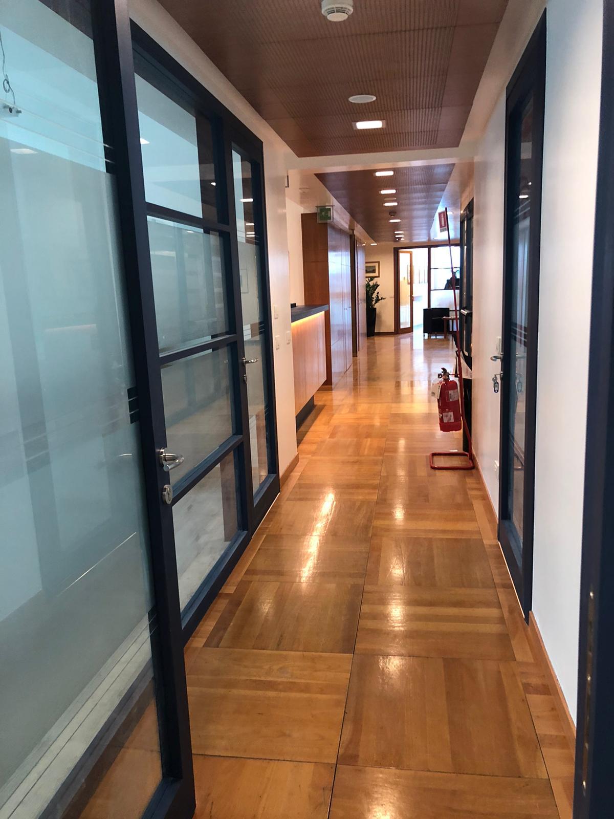 8. Corridoio uffici in parquet di legno posati a cassettoni regolari, illuminazione led a soffitto e porte vetrate satinate: lavori ultimati.