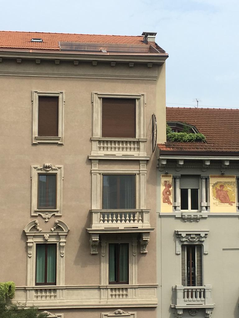 1. Prospetto del condominio nobiliare con imbotti serramenti decorati e balconi con balaustre: stato di fatto.