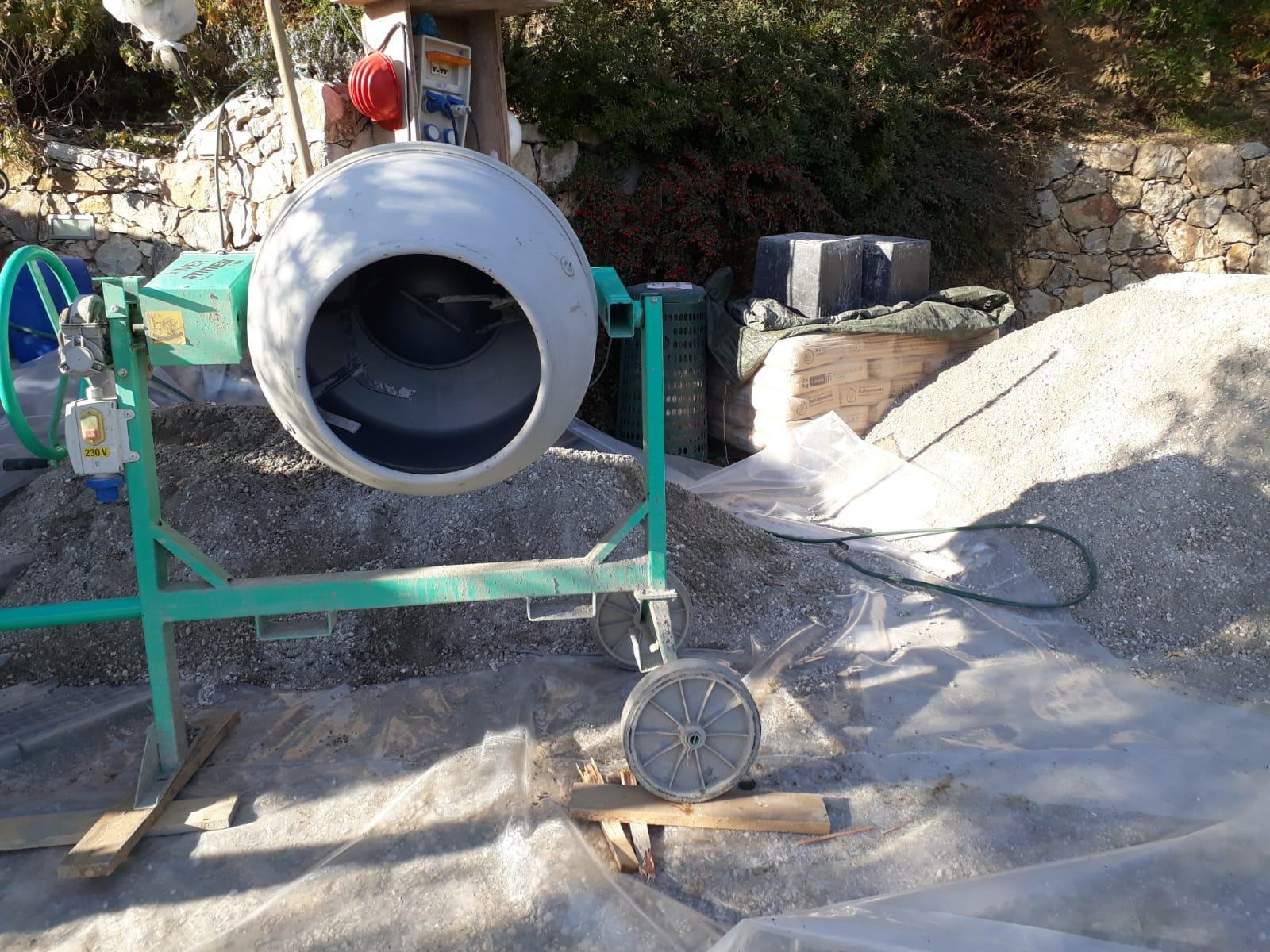 10. Allestimento cantiere con predisposizione di betoniera per l'impasto e la miscela del getto in cls: lavori in corso.