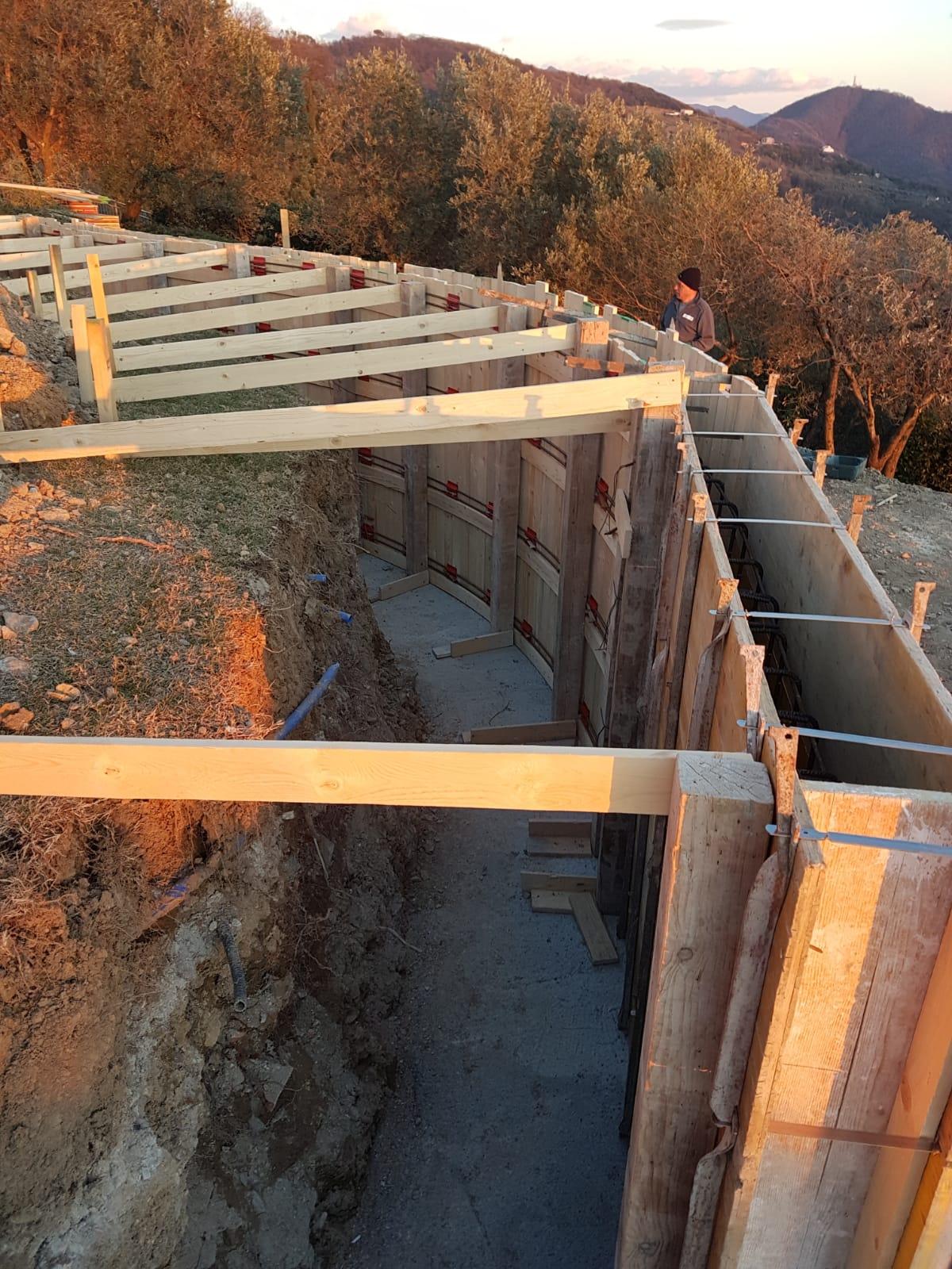 12. Predisposizione sistema metallico di contenimento per evitare il ribaltamento dei casseformi in legno: lavori in corso.
