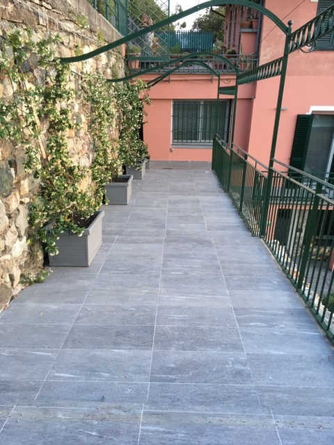 13. Pavimentazione terrazza a gradonate in pietra Vals di Marazzi, struttura pergolato e ringhiera in ferro battuto: lavori ultimati