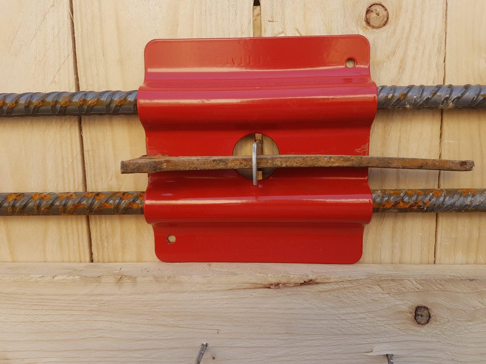 13. Particolare di piastra metallica per il collegamento ed il contenimento dei casseformi in legno: lavori in corso.