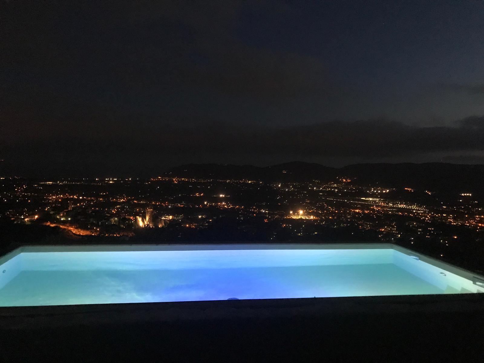 45. Realizzazione nuova piscina scoperta posta su terrazza a strapiombo, vista notturna sul panorama cittadino: lavori ultimati.