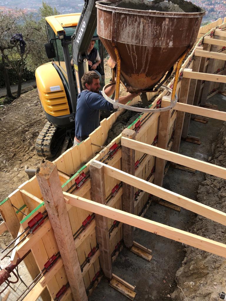 14. Getto del cls in opera con l'ausilio di benna conica per calcestruzzo: lavori in corso.