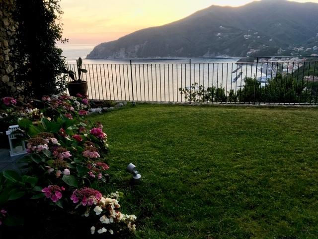 15. Vista panoramica di mare al crepuscolo serale dal giardino: lavori ultimati.