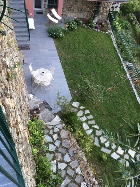 16. Vista aerea del giardino dalla terrazza a gradonate con camminamento in pietra serie Multiquartz di Marazzi: lavori ultimati.
