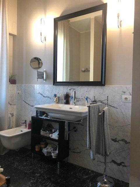 17. Sala da bagno con pavimenti in marmo nero lucidato, illuminazione con applique a parete e sanitari sospesi in ceramica: lavori ultimati.