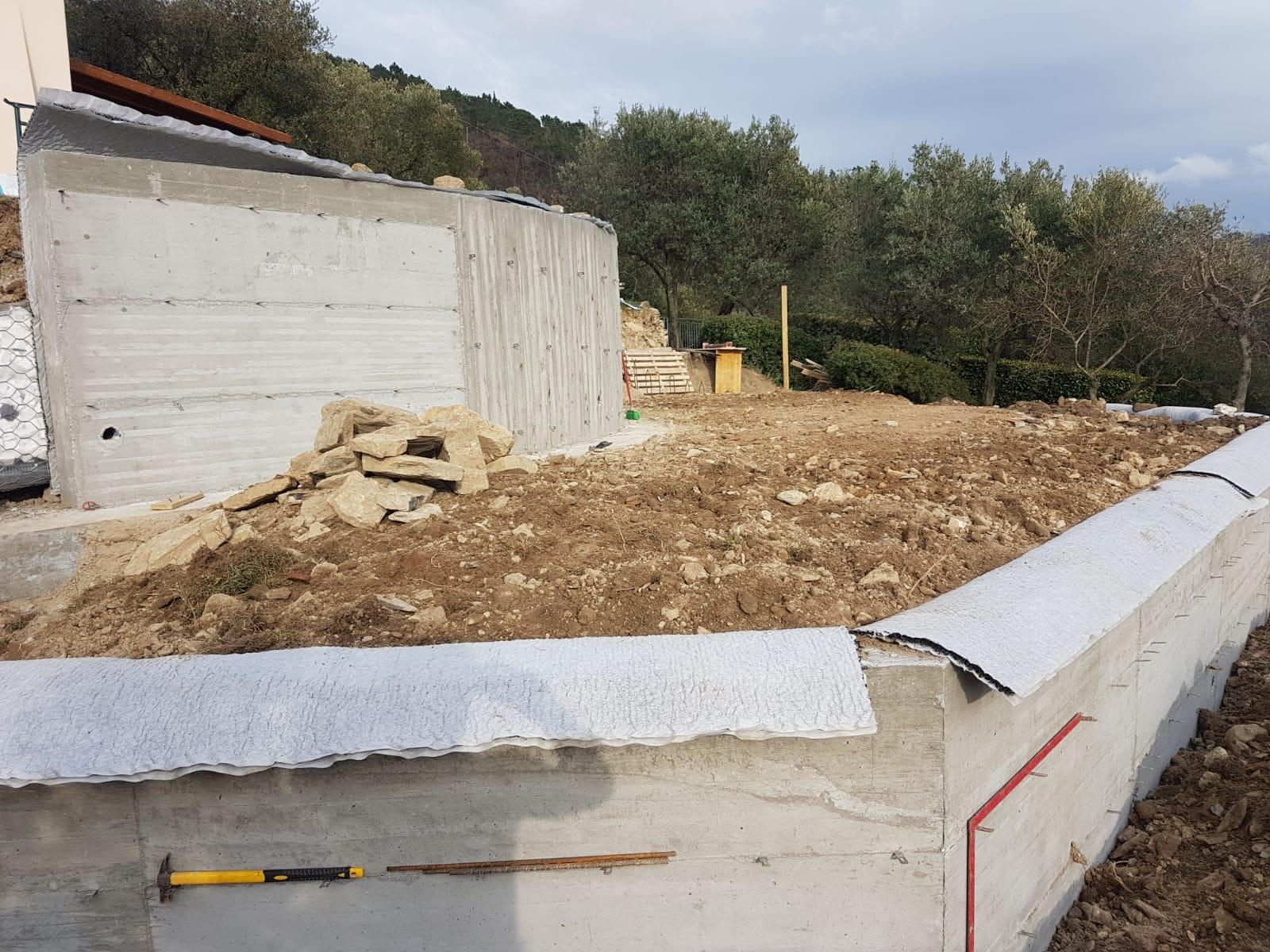 19. Rivestimento protettivo e drenante completato sui muri di contenimento: lavori in corso.