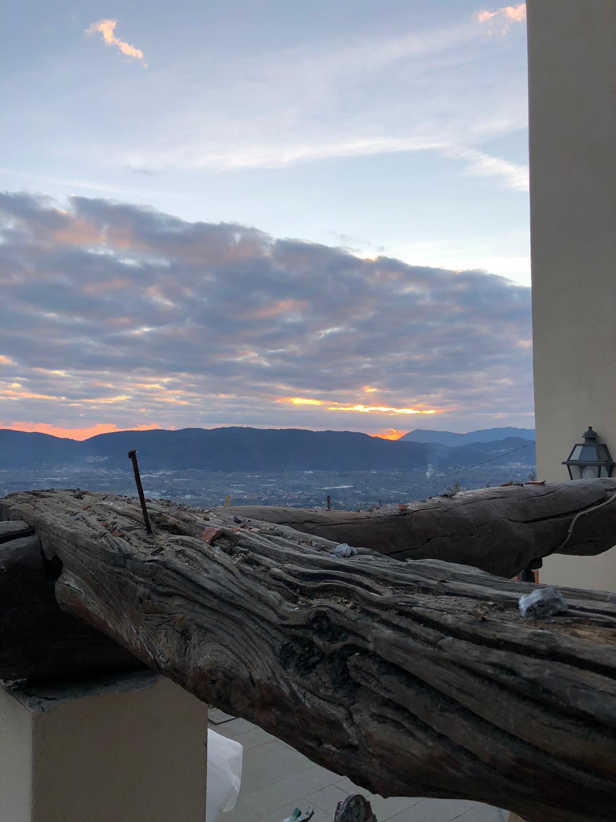 28. Particolare incastro travi di gronda in legno esistenti a seguito della rimozione dei falsi puntoni soprastanti: lavori in corso.