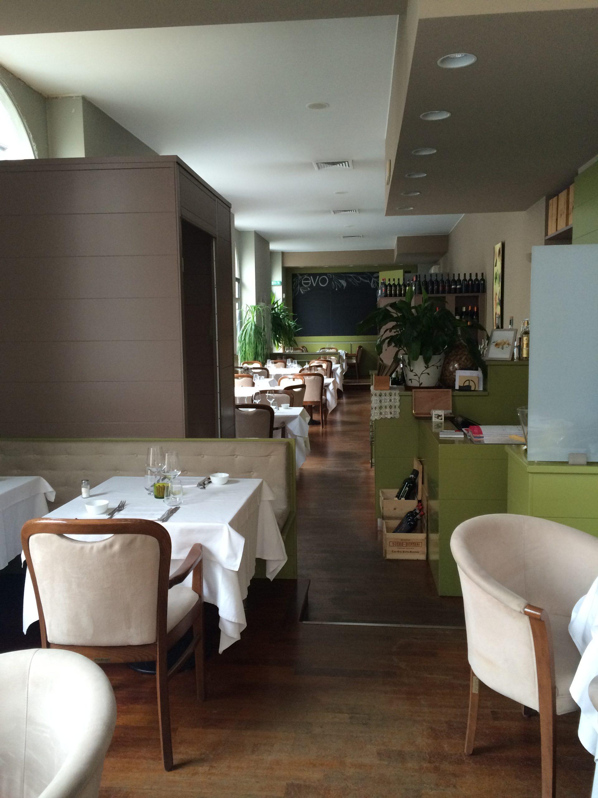 2. Vista lato ingresso e sala ristorazione con pavimento in doghe di legno: stato di fatto.