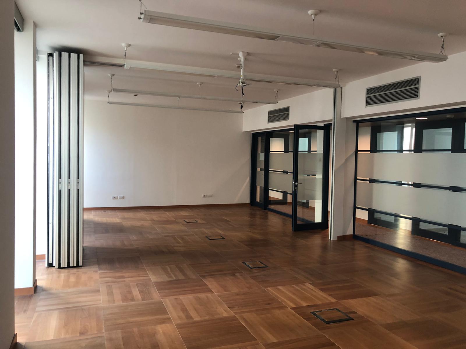 7. Corridoio uffici in parquet di legno posati a cassettoni regolari, illuminazione led a soffitto con interruttori elettrici a tre moduli: lavori ultimati.