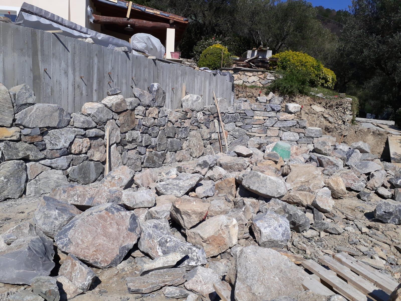 20. Posa del rivestimento dei muri di contenimento con pietra naturale rustica: lavori in corso.