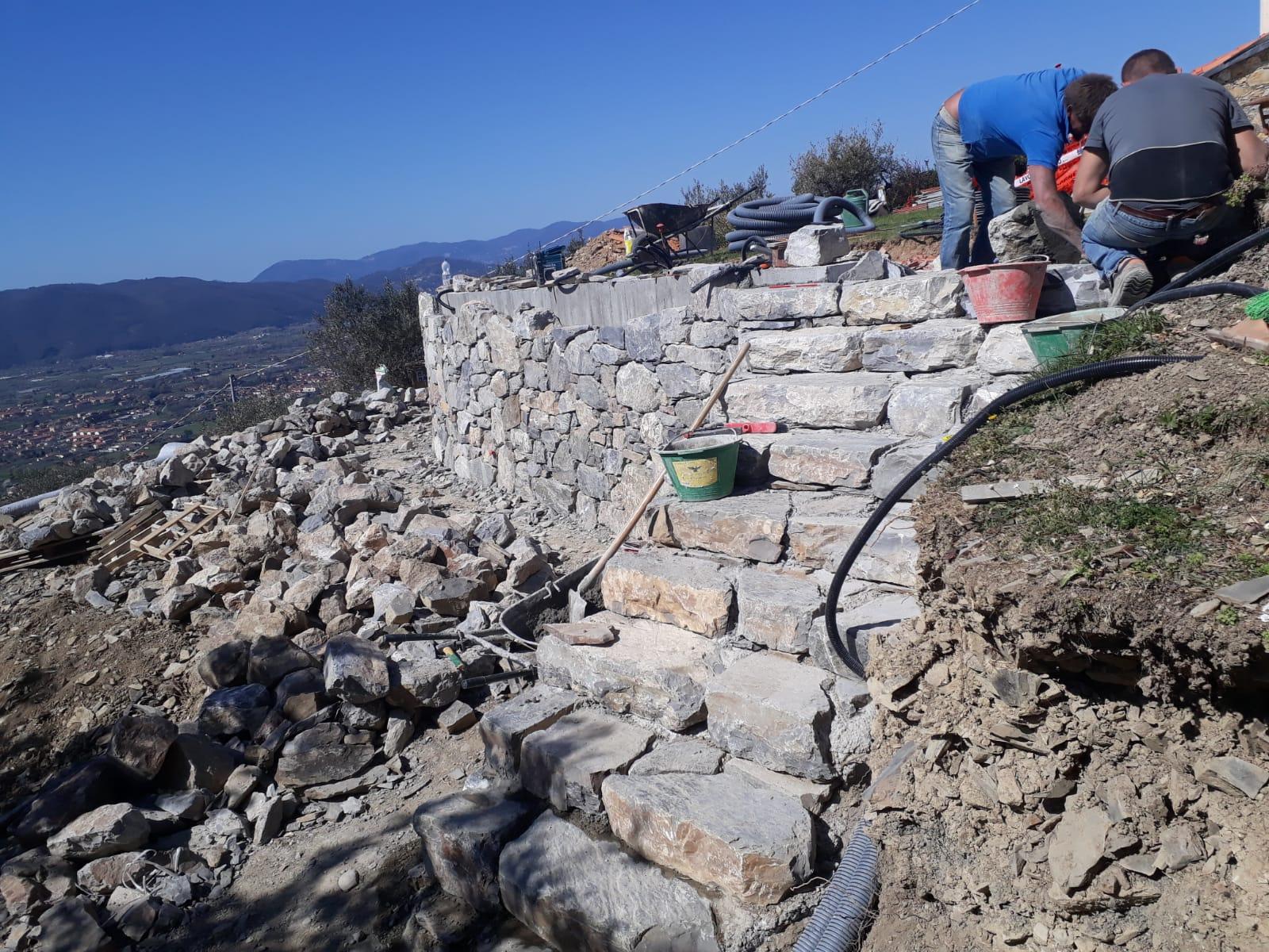 21. Particolare gradinata rivestita in pietra naturale rustica: lavori in corso.