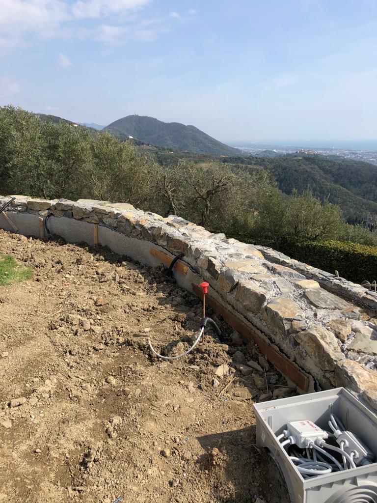 23. Particolare del cordolo del muro di contenimento rivestito in pietra naturale rustica: lavori ultimati.