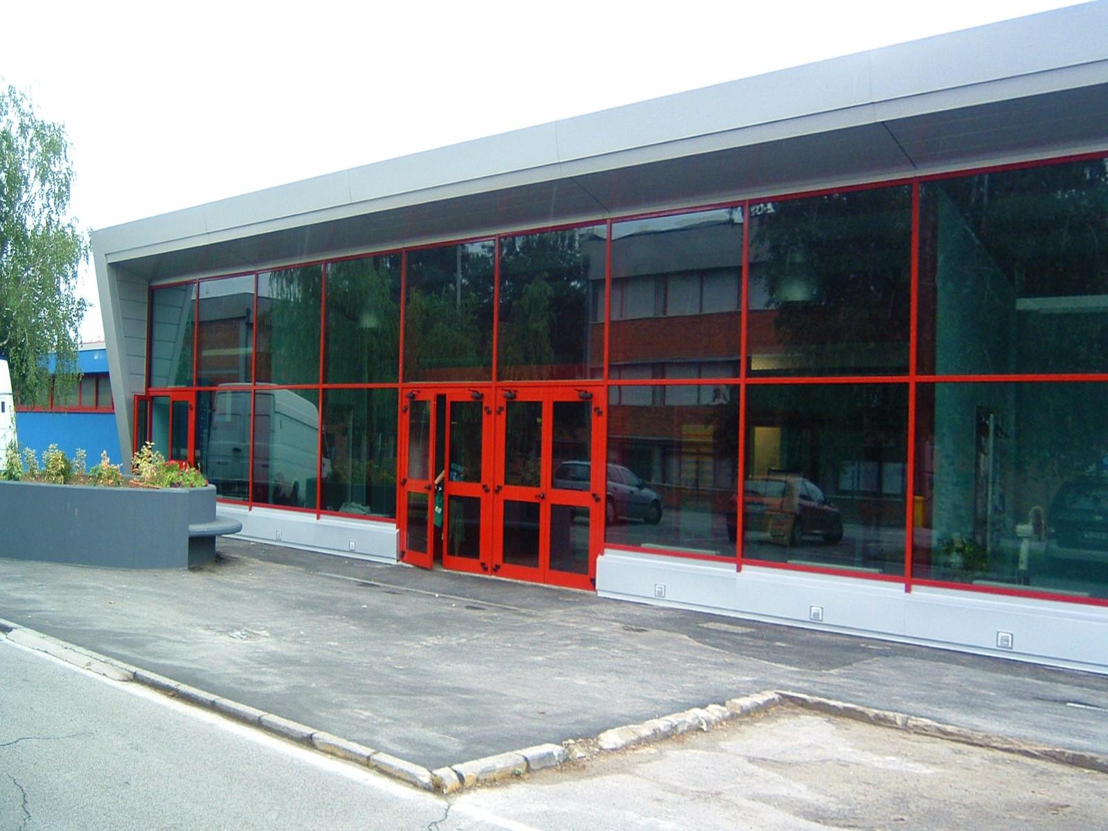 3. Ingresso piscina comunale con facciata in acciaio verniciato e vetro: lavori ultimati.