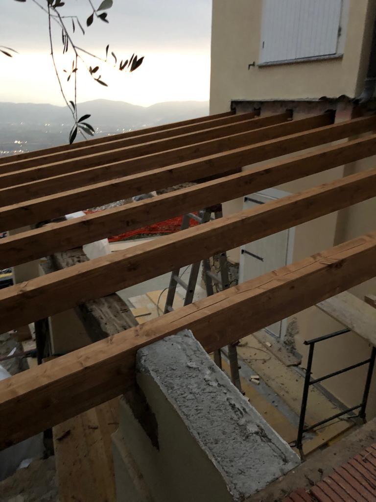 30. Vista particolare di realizzazione parete perimetrale in muratura con passafuori in legno: lavori in corso.