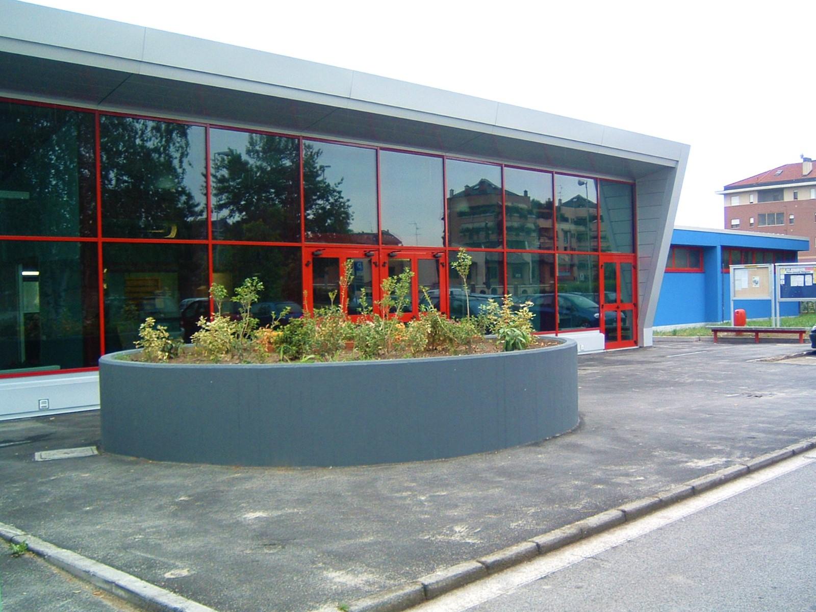 4. Ingresso piscina comunale con facciata in acciaio verniciato e vetro: lavori ultimati.