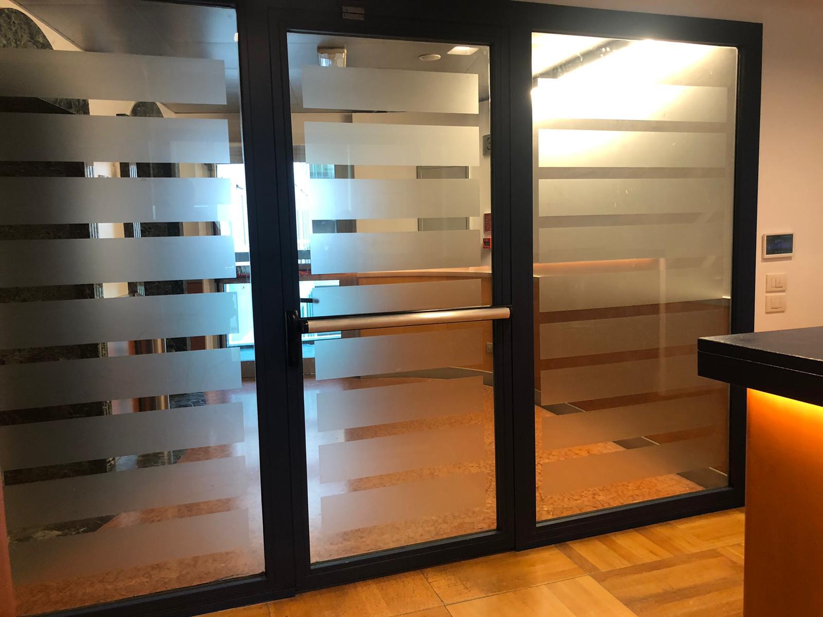 5. Particolare porta scorrevole in vetro non satinato: lavori ultimati.