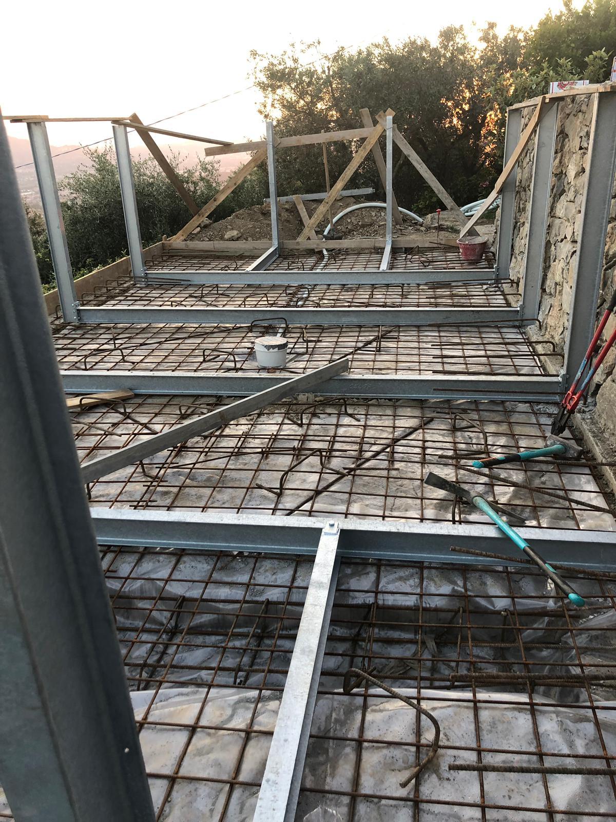36. Realizzazione di pilastri in acciaio bullonati: lavori in corso.