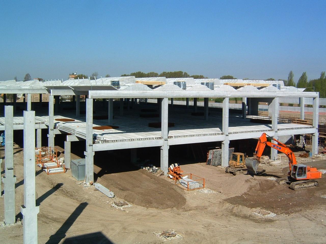 5. Posa di elementi prefabbricati in corso d'opera, dei solai interpiano e copertura: lavori in corso.