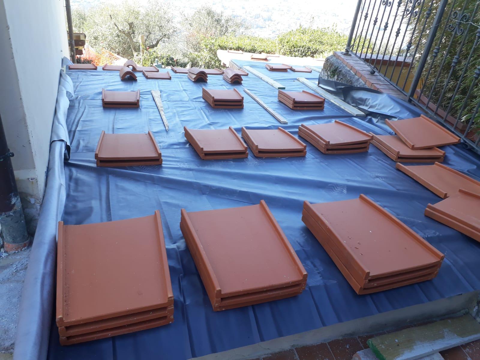 31. Realizzazione rivestimento nuova copertura con tegole piane estruse in laterizio: lavori in corso.