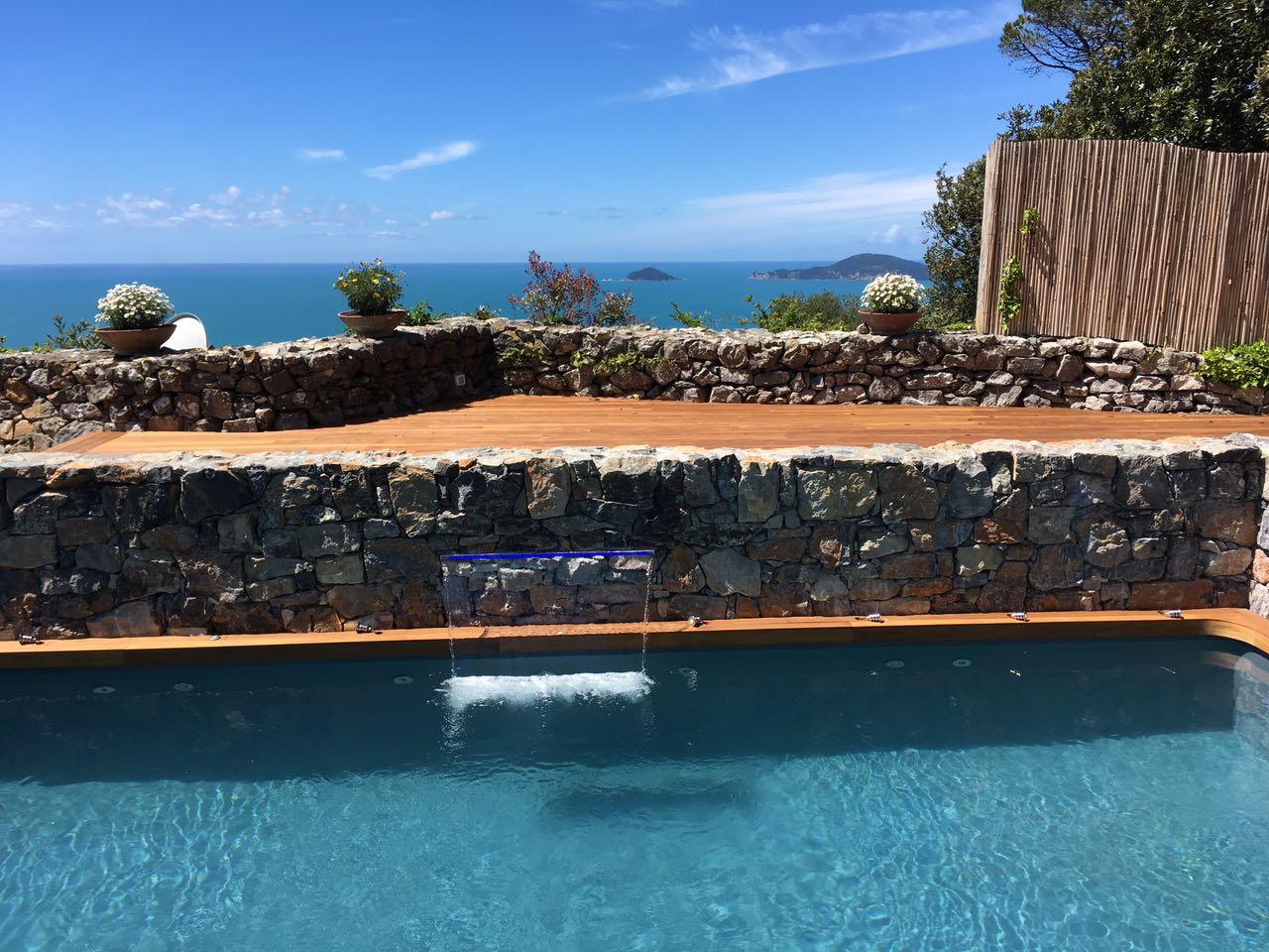 5. Realizzazione piscina interrata scoperta con particolare di fontana a cascata e scorcio di terrazza sul mare: lavori ultimati.