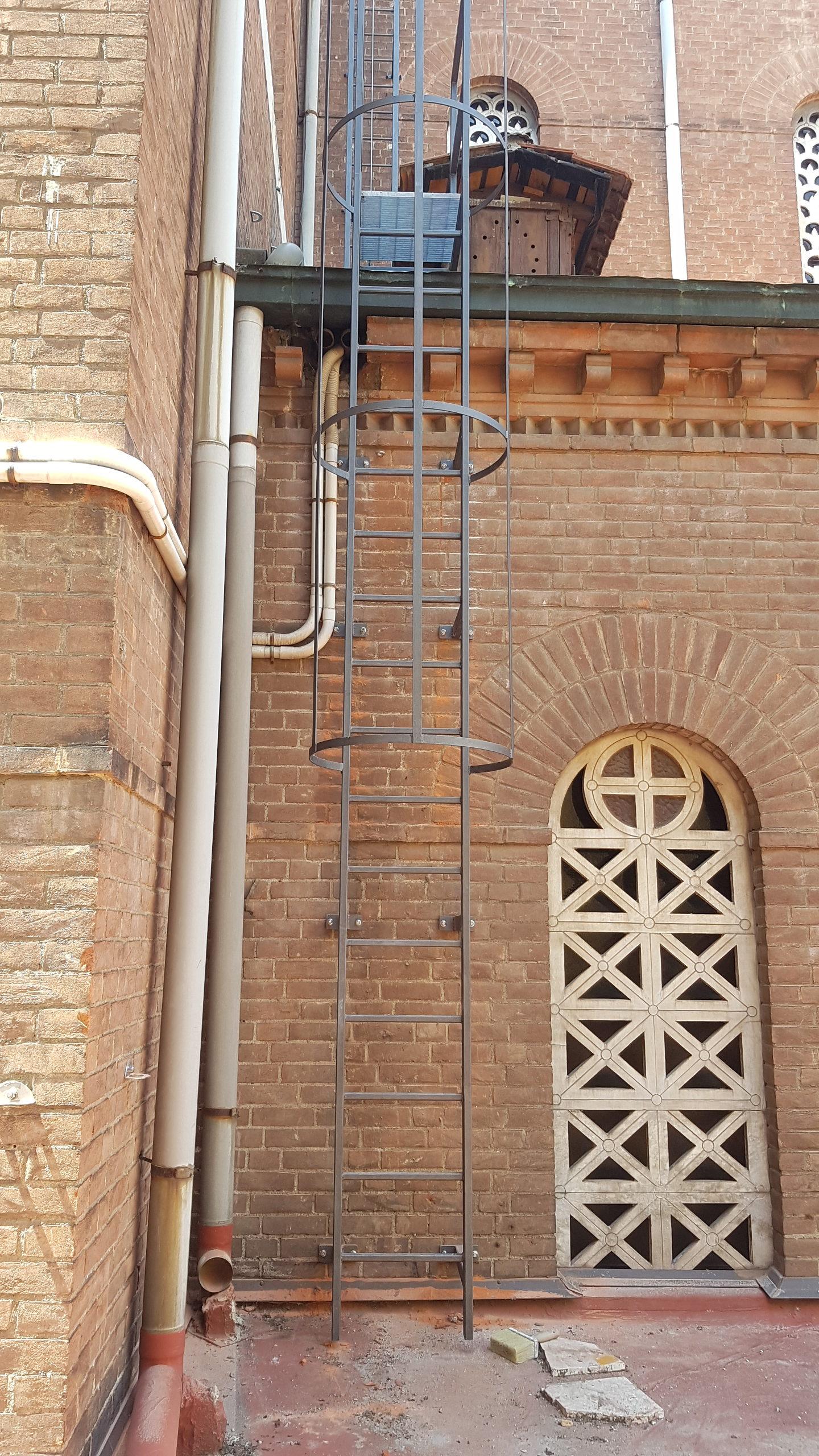 5. Installazione di scala alla marinara con gabbia di protezione di collegamento alla copertura: lavori ultimati.