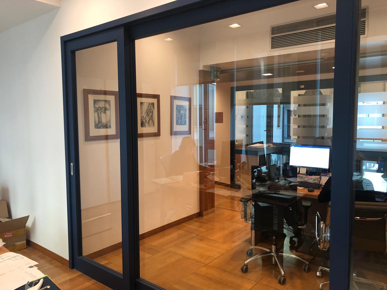 4. Particolare porta vetrata satinata con maniglione antipanico: lavori ultimati.