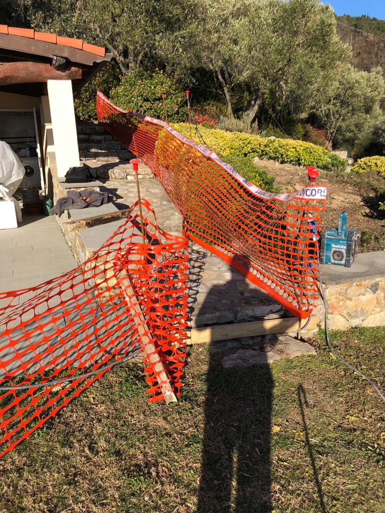 5. Allestimento cantiere con recinzione e messa in sicurezza con l'ausilio di rete plastica arancio e cartellonistica: lavori in corso.