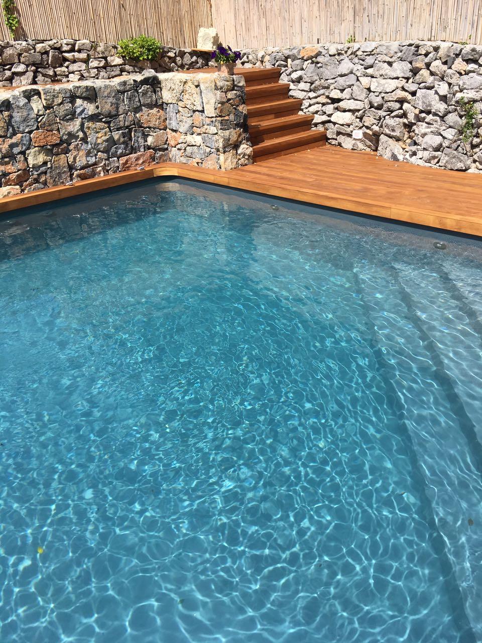 6. Realizzazione piscina interrata scoperta con scorcio gradinate in doghe di legno: lavori ultimati.