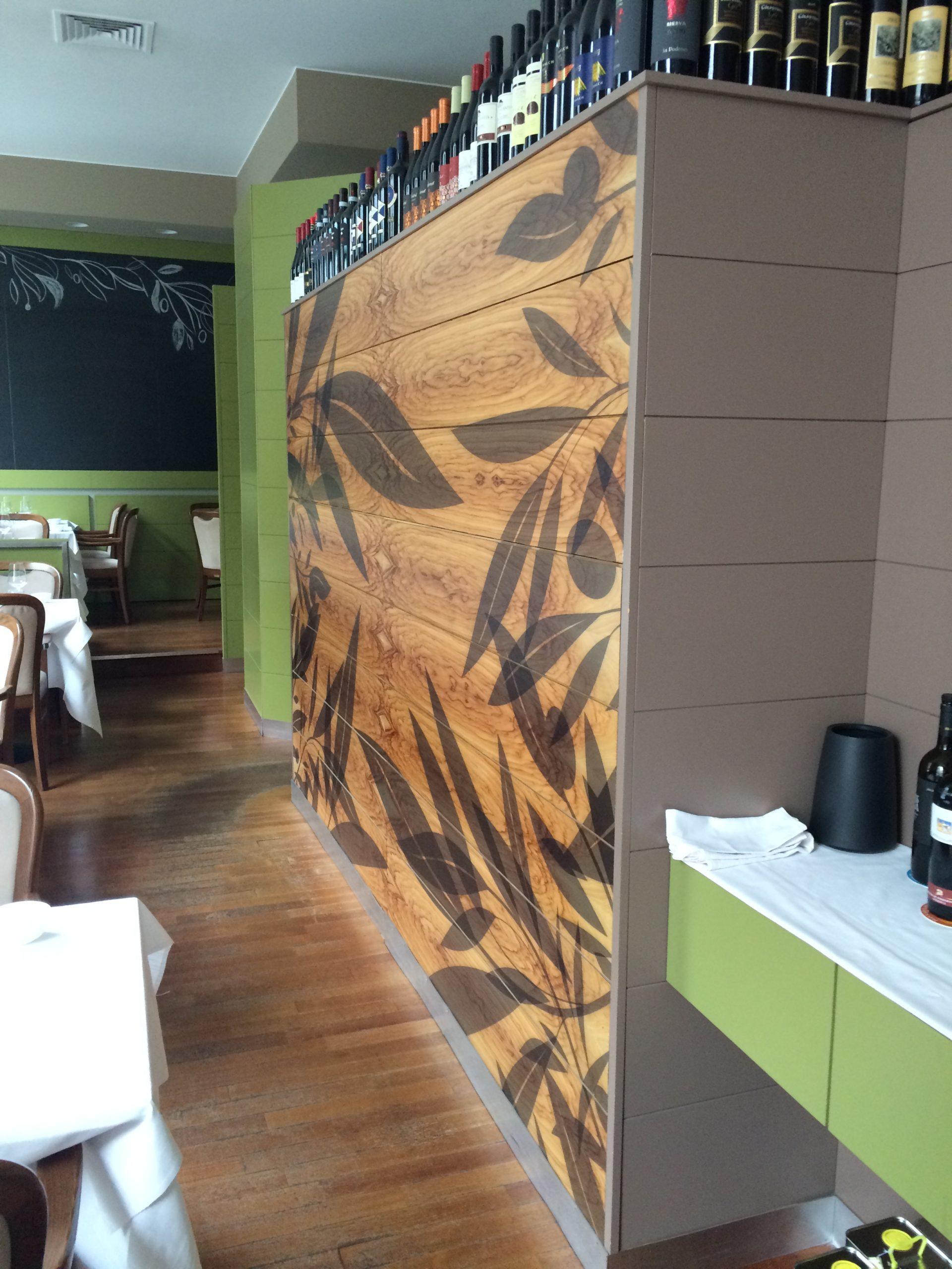 6. Vista corridoio sala ristorazione con pavimento in doghe di legno disposte a cassero regolare: stato di fatto.