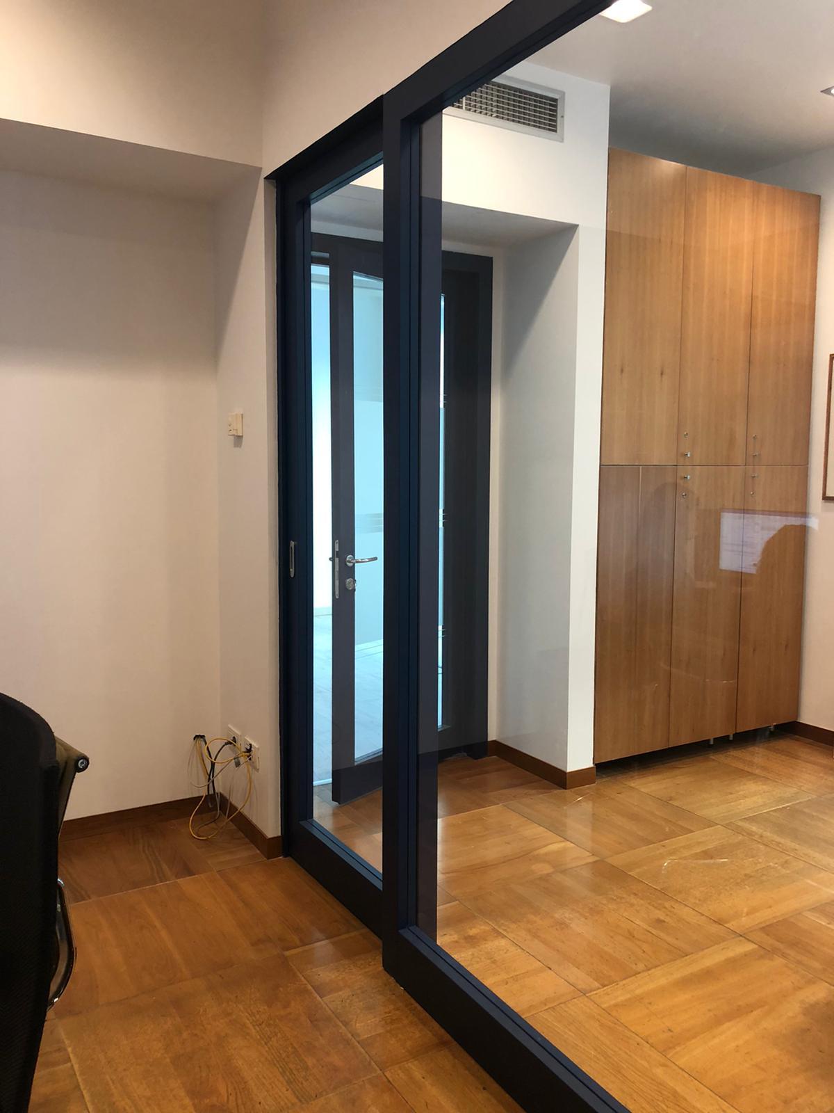 3. Corridoio uffici in parquet di legno posati a cassettoni regolari e illuminazione led a soffitto: lavori ultimati.