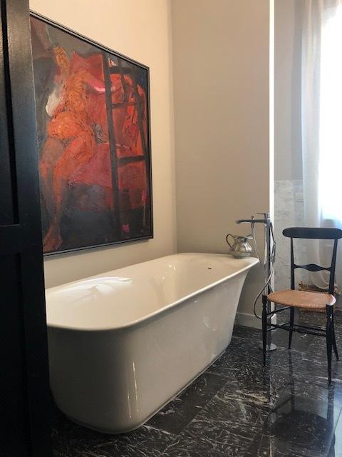 6. Particolare vasca da bagno posta su pavimento in marmo nero lucidato: lavori ultimati.