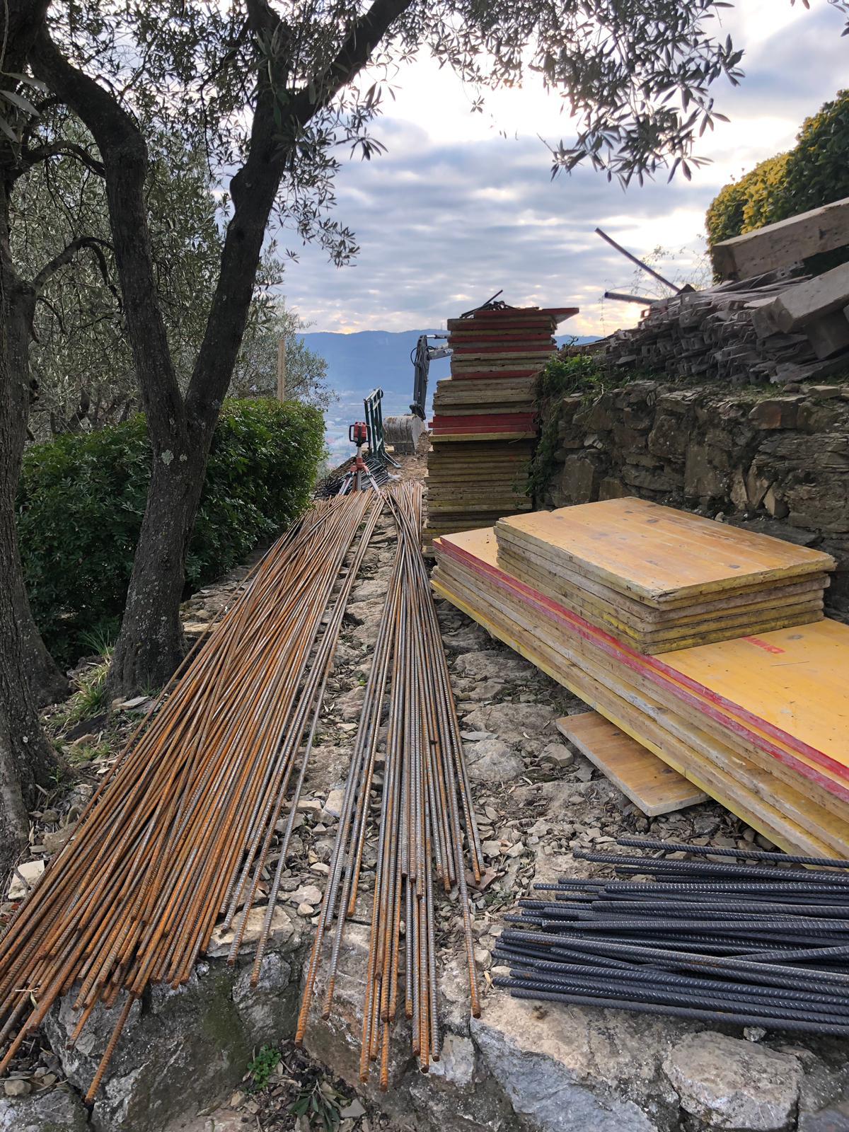 6. Stoccaggio temporaneo di materiali da cantiere (casseri in legno e ferri d'armatura): lavori in corso.