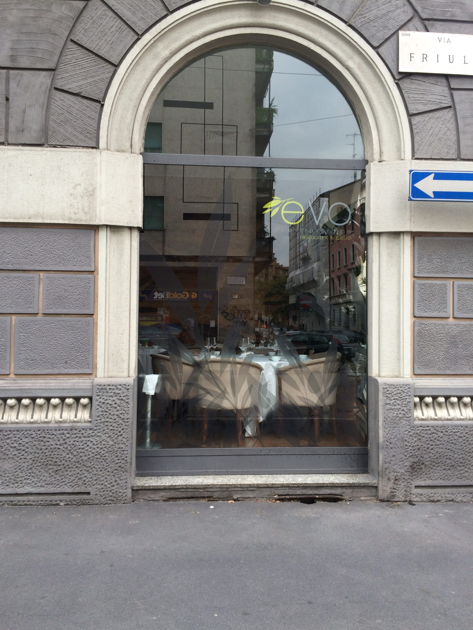 7. Prospetto d'ingresso con vetrina ad arco: stato di fatto.