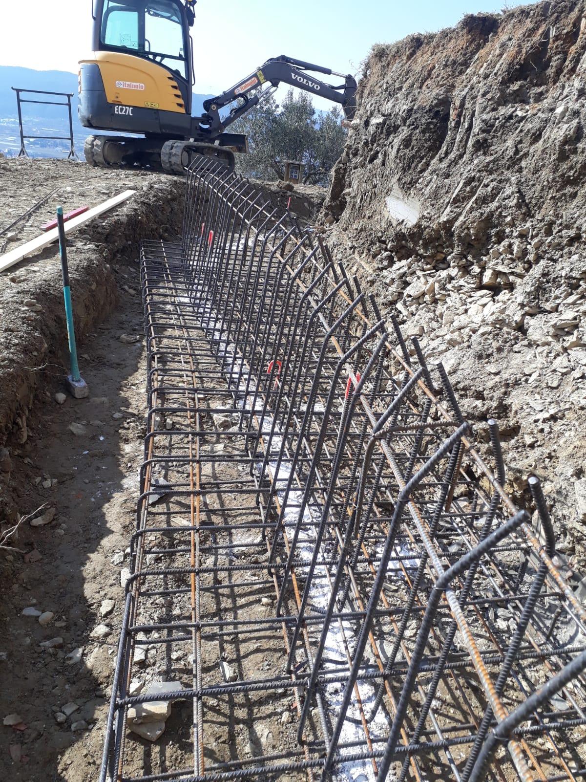 7. Armatura della trave di fondazione per i muri di contenimento con predisposizione di ferri di richiamo: lavori in corso.