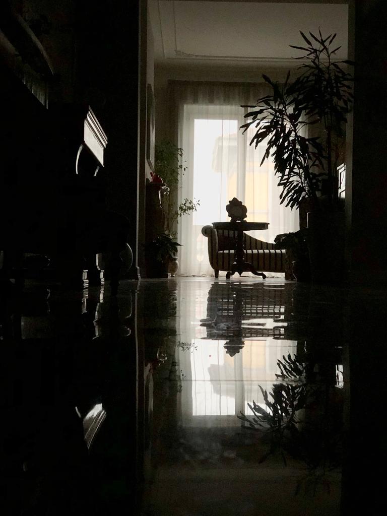 8. Vista di scorcio del salotto: lavori ultimati.