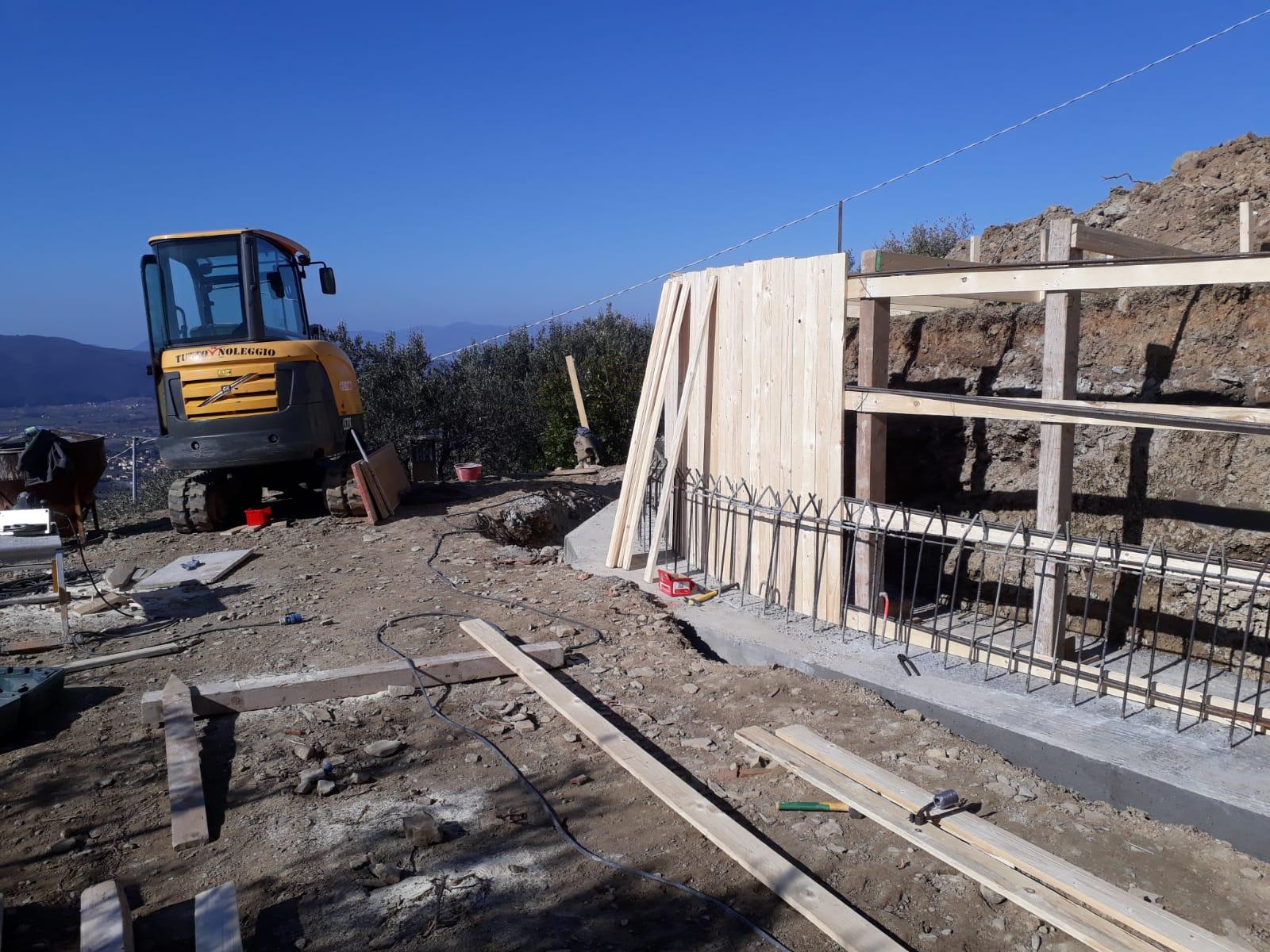 8. Costruzione di casseformi in legno non a perdere per il getto del cls dei muri di contenimento: lavori in corso.