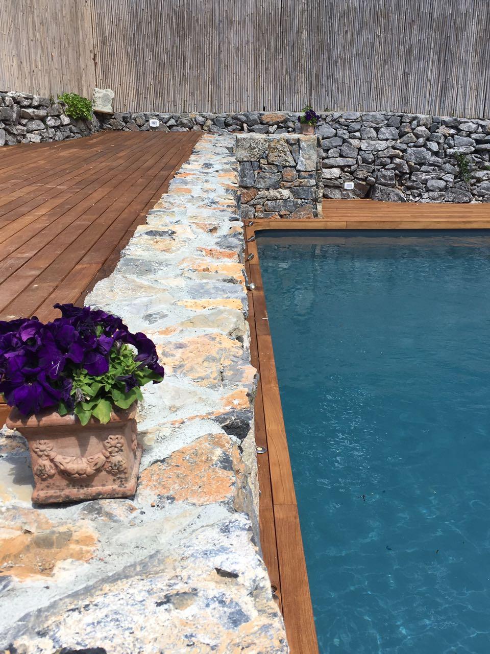 9. Realizzazione piscina interrata scoperta, scorcio piscina con muratura in pietra naturale posata rustica: lavori ultimati.