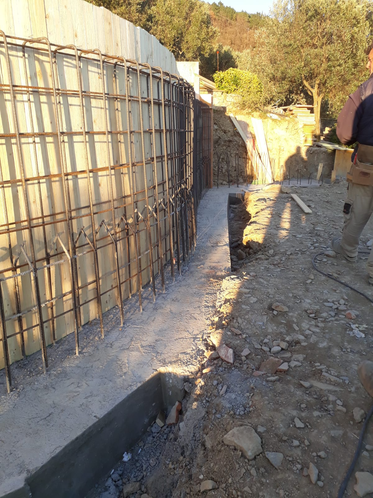 9. Armatura del muro curvo di contenimento con l'ausilio ed il collegamento dei ferri di richiamo: lavori in corso.