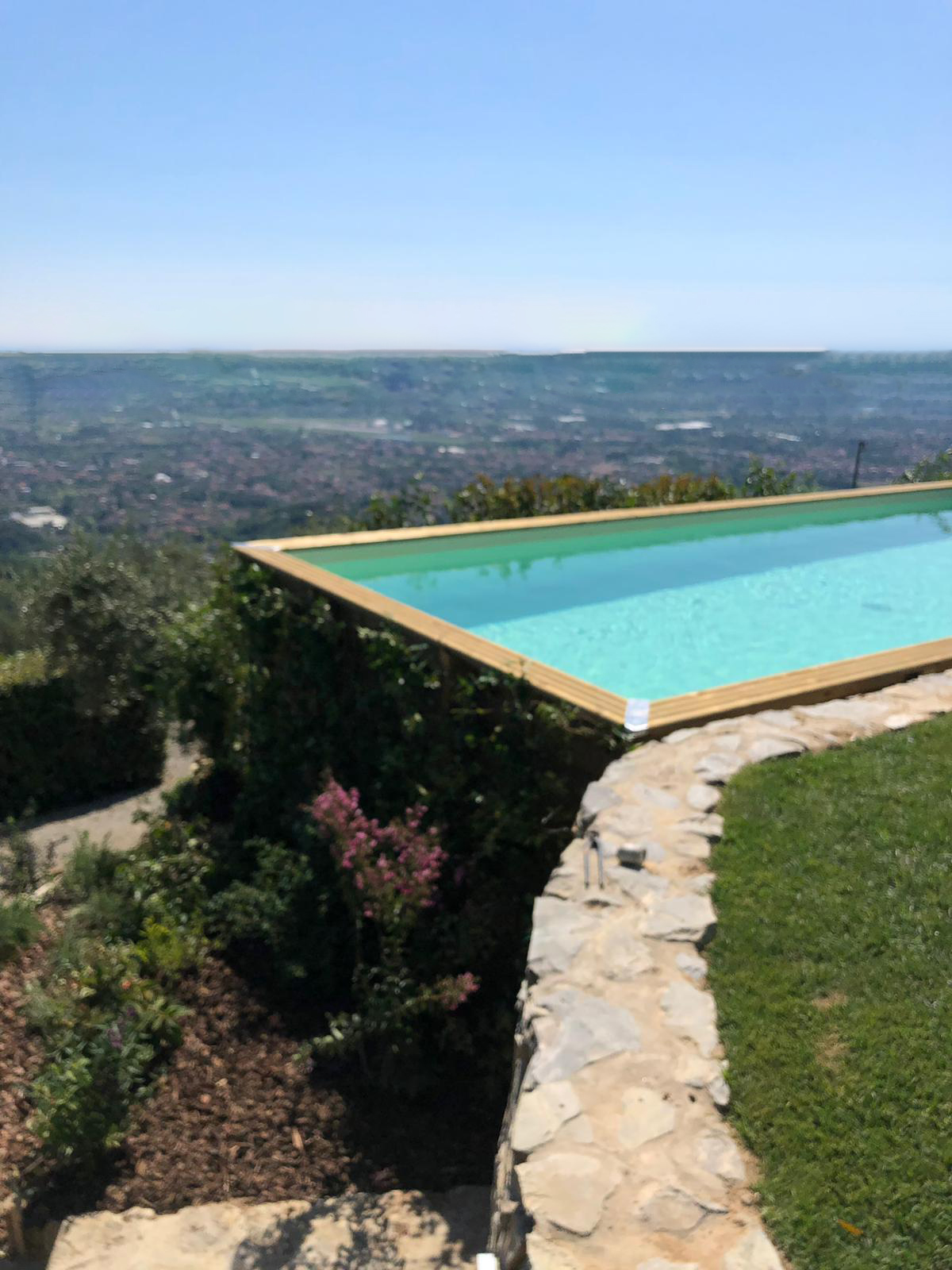 41. Scorcio panoramico diurno con piscina posta su terrazza a strapiombo: lavori ultimati.