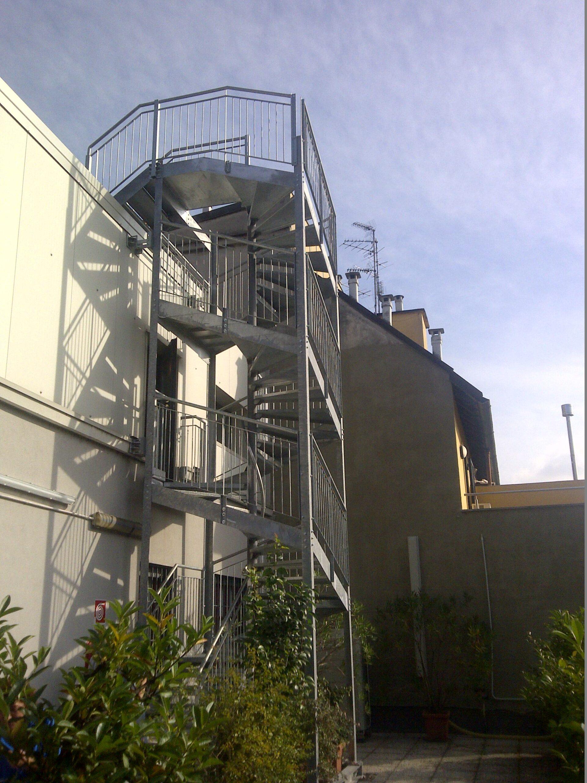 1. Scala di sicurezza esterna antincendio in profili di acciaio zincato a caldo e collegati tramite bullonature: lavori ultimati.
